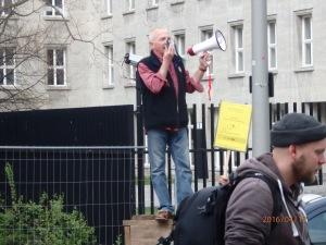 Wolfgang Graetz stimmte die rund 200 Demonstranten vor dem Nahles-Ministerium ein - Foto: Lyrag