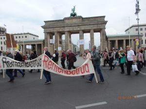 Bereits vor einem Jahr demonstrierten 150 Betroffene gegen den Rentenbetrug in Berlin - Foto: Lyrag