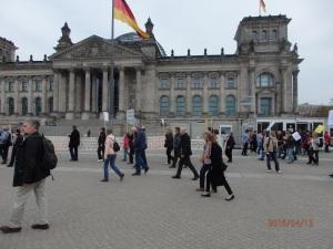 Das Banner der Einheit, vor dem Reichstag am 3.Oktober 190 aufgezogen - Foto: LyrAg