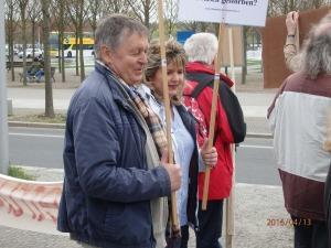 Auch der Fluchthelfer Hartmut Richter demonstrierte (hier vor dem Kanzleramt) - Foto: LyrAg