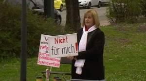 """Als Richterin """"Frau Pi"""" Heike E. vor dem OLG. - Foto: Adler"""