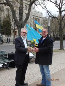 Zur 100. Demo für Nadya Sawtschenko: Die Vereinig. 17. Juni überreichte eine Blumenschale in den Farben der Ukraine an Ronald Wendling - Foto: LyrAg