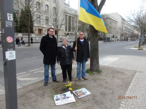 Seit 2014 regelmäßiger Protest vor der Russischen Botschaft in Berlin: Ronald Wendling (re.) - Foto: LyrAg