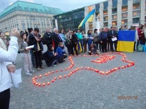 Bis in die beginnende Nacht harrten zahlreiche Demonstranten aus - Foto: LyrAg