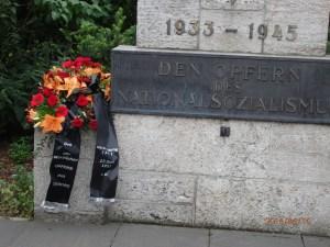 Seit 7 Jahren ehrt die Vereinigung 17.Juni auch die Opfer des NS-Regimes am Steinplatz. UOKG und VOS, die sich zunächst beteiligten, stiegen zwztl. aus und beschränken sich auf die Ehrung der Opfer des Stalinismus am selben Ort - Foto: LyrAg