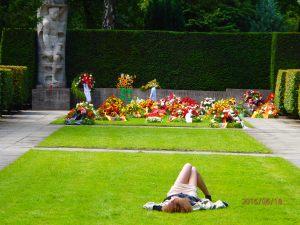 Ungebührliches Sonnenbad? Was Besucher zunächst entsetzte, erwies sich als Notfall - Foto: LyrAg
