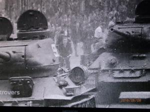 Sowjetische Panzer gegen Arbeiter