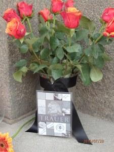 Rosen für die Opfer - Foto: LyrAg