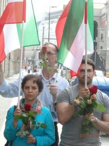 Protest ja, Gewalt nein. Exil-Iraner mit den Fahnen des Widerstandes - Foto: LyrAg