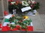 Auch Passanten bekundeten ihre Anteilnahme und legten Blumen nieder - Foto: LyrAg