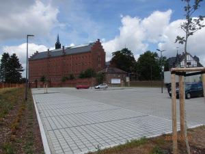 """Über den neu geschaffenen Parkplatz ein """"neuer Blick"""" auf die ehm. Haftanstalt - Foto: LyrAg"""