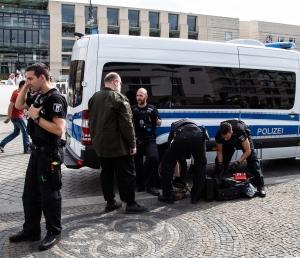 Die Polizei untersucht die mitgeführten Koffer eines Salafisten - Foto: LyrAg