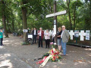 Die Vereinigung 17.Juni verlas an den Kreuzen am Reichstag die Namen der Mauer-Toten - Foto: LyrAg