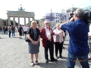 Die Vereinigung 17.Juni1953 hielten den DDR-Aktionisten Fotos des am 17.08.1962  ermordeten Peter Fechter entgegen - Foto: LyrAg