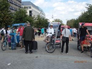 Nach der Kontrolle weiter mit Koffer auf dem Demo-Gelände unterwegs: Der vorbestrafte Salafist - Foto: LyrAg