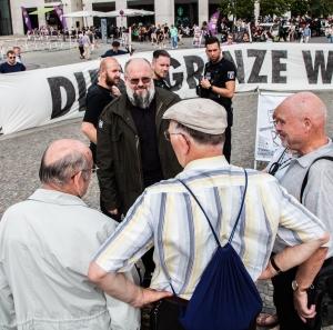 """Der Salafist Falk-Uzun (2.v.li.) im trauten Gespräch mit Hans Bauer (re.), dem ehem. GenStaatsA. der DDR und IM """"Leonhard"""" - Foto: Lyrag"""