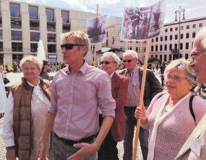 Hubertus Knabe (2.v.li.) begrüßte die Demo ehemaliger politischer Häftlinge von der Vereinigung 17. Juni - Foto: Lyrag