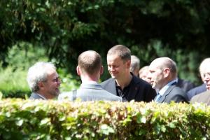 Gelegenheit für unkonventionelle Gespräche: Lederer (3.v.r.) am Rande des Staatsaktes zum 17. Juni (2012) im Gespräch mit dem Vors. d. Vereinig.17.Juni, >Holzapfel (li) - Foto: LyrAg