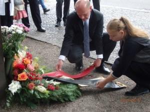 Kai Wegner, MdB (CDU, li.) und Alexandra Hildebrandt vom Mauermuseum legten bereits eine Tag zuvor einen Kranz nieder - Foto: LyrAg