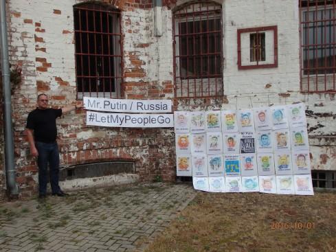 Brachte unter seiner ehem. Zelle in Cottbuis am 3. Oktober Portraits politischer Gefangener in Russland an: Ronald Wendling aus Berlin - Foto: Lyrag