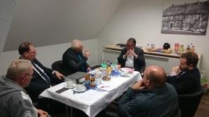 Heimkinder: Stefan Ludwig (Mi.) im Gespräch mit Lutz Adler (2.v.li.) in Korbach/Hessen am 5.11.1016 - Foto: Lutz Adler