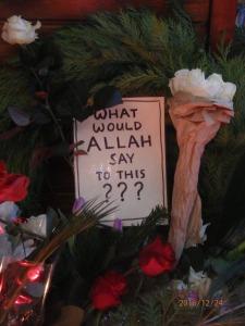 Vor der christlichen Kirche Fragen an Allah - Foto: LyrAg
