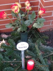 Ein Rosenstrauß als später Gruß: Die letzte Ruhestätte von Renate Weiß - Foto: Lyrag 29.12.16
