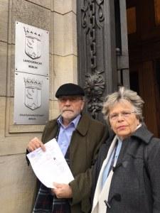 Vereinsvorstand C.W.Holzapfel und T.Sterneberg (von li.) mit ihrer Anzeige vor dem Landgericht in Moabit - Foto: Martin Sachse/Redaktion Hoheneck