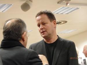 Seine Rede wurde mit überraschend großem Beifall quittiert: Bgm und Kultursenator Klaus Lederer (hier im Gespräch) - Foto: LyrAg